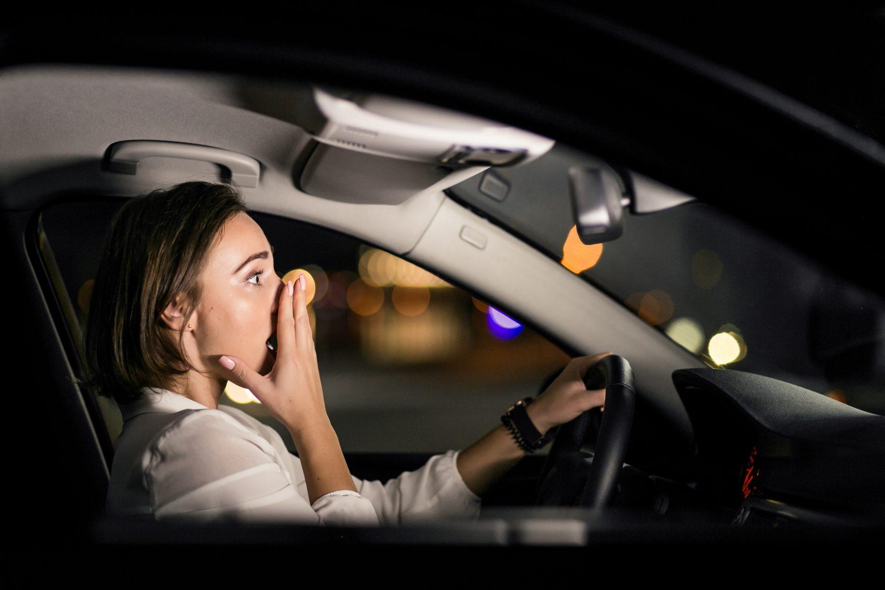 Frau im Auto Unfall
